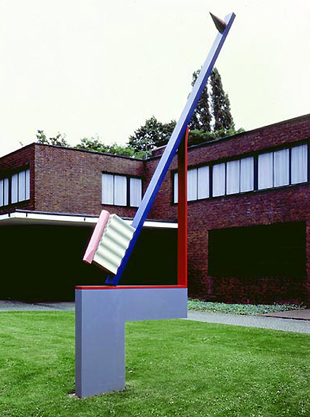 История зубной щётки такая долгая и насыщенная, что ей впору ставить памятник… установленный в 1983 году в городе Крефельд, Германия