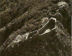Руины последнего оплота катаров - замка Монсегюр во Французских Пиренеях. Он считается легендарным замком Грааля отчасти потому, что из этой неприступной цитадели во время ее осады таинственно исчезли четверо рыцарей-катаров, которые предположительно увезли с собой величайшее сокровище - Святой Грааль.