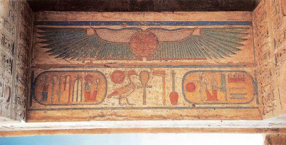 Крылатое солнечное божество, охраняющее имя фараона. Храм Рамсеса III. Мединет-Абу